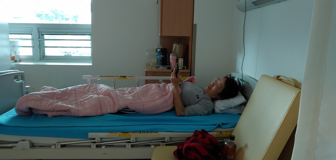 남편 김동수씨의 병간호를 위해 병원에서 생활하는 아내 김형숙씨