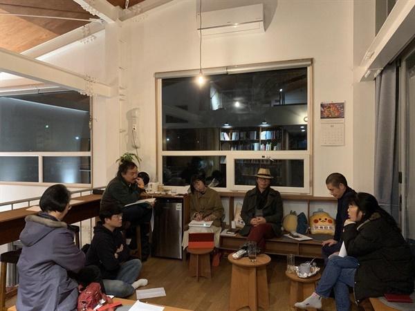 '제주세월호생존자를지지하는모임(가칭)'을 만들기 위해 모여 회의하는 피해자와 시민들