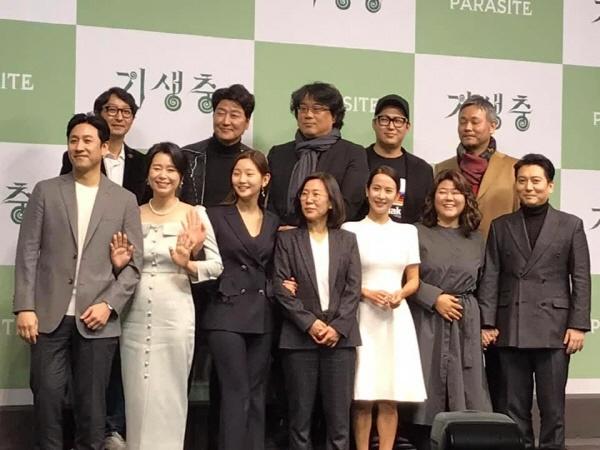 2월 19일(수) 오전 11시 웨스턴 조선호텔 서울 그랜드볼룸에서 열린 <기생충> 기자회견에서 봉준호감독과 배우들