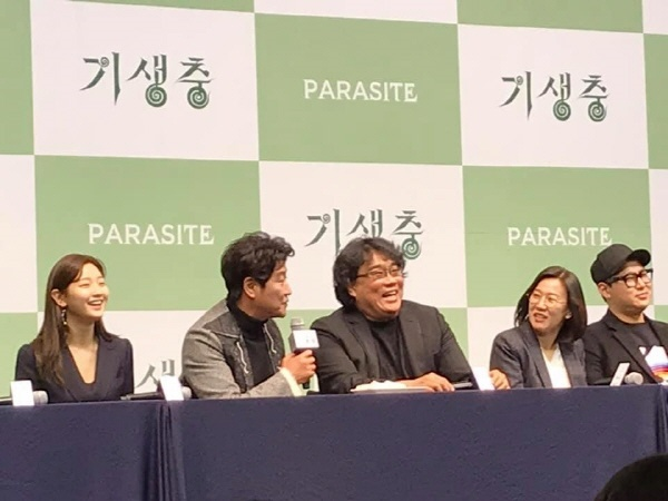 2월 19일(수) 오전 11시 웨스턴 조선호텔 서울 그랜드볼룸에서 열린 <기생충> 기자회견에서 발언하는 배우 송강호