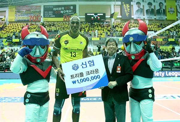 OK 저축은행에서 뛰어난 활약을 펼쳤던 시몬 시몬은 OK 저축은행에서 뛰면서 두 번의 우승에 기여했다.