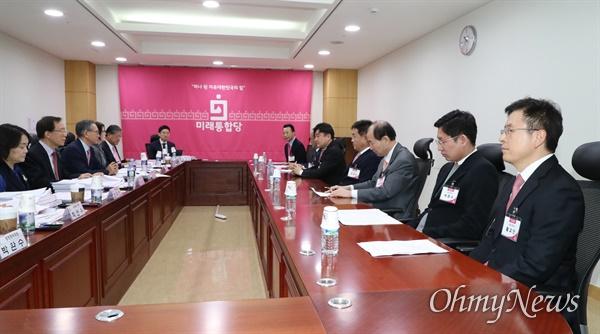 황교안 미래통합당 대표가 20일 오전 서울 여의도 국회 의원회관에서 열린 제21대 국회의원 선거 공천 신청자 면접에 참석하고 있다.