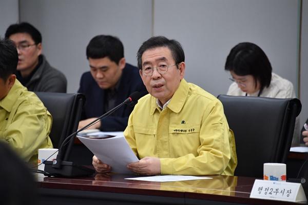 박원순 서울시장이 19일 서울시청 기획상황실에서 열린 제20차 코로나19 종합대책 회의를 주재하고 있다.