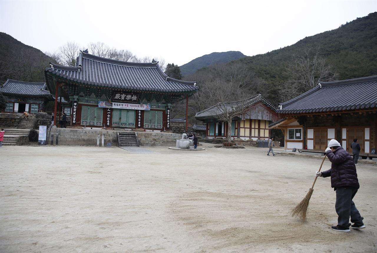 보물로 지정돼 있는 천은사 극락보전 풍경. 천은사에는 극락보전을 포함해 모두 6점의 보물을 간직하고 있다.