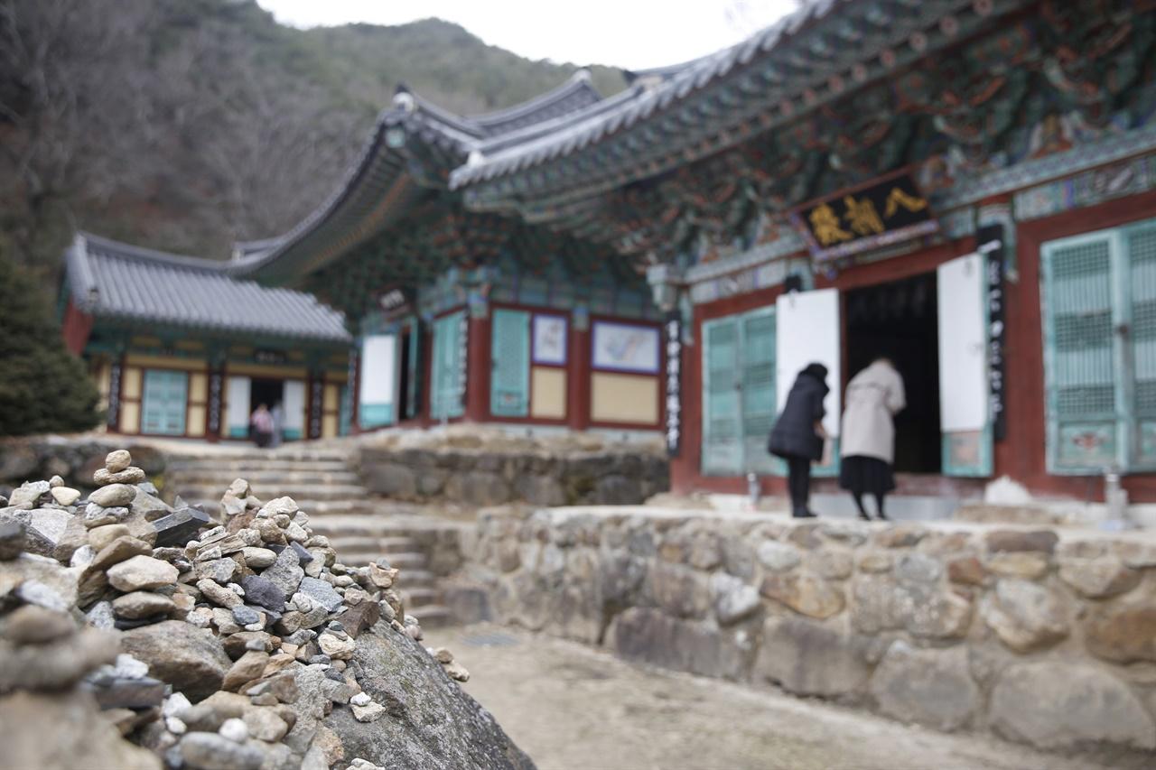 돌탑과 어우러진 천은사의 전각들. 코로나19의 영향인지, 절집을 찾는 여행객들의 발길이 뜸하다. 지난 2월 9일이다.