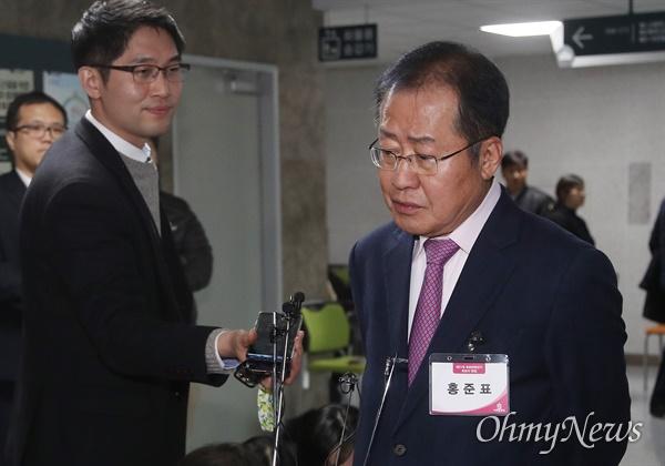 홍준표 전 자유한국당 대표가 20일 오후 서울 여의도 국회 의원회관에서 제21대 국회의원 선거 공천 신청자 면접을 마친 뒤 기자들의 질문에 답변하고 있다.