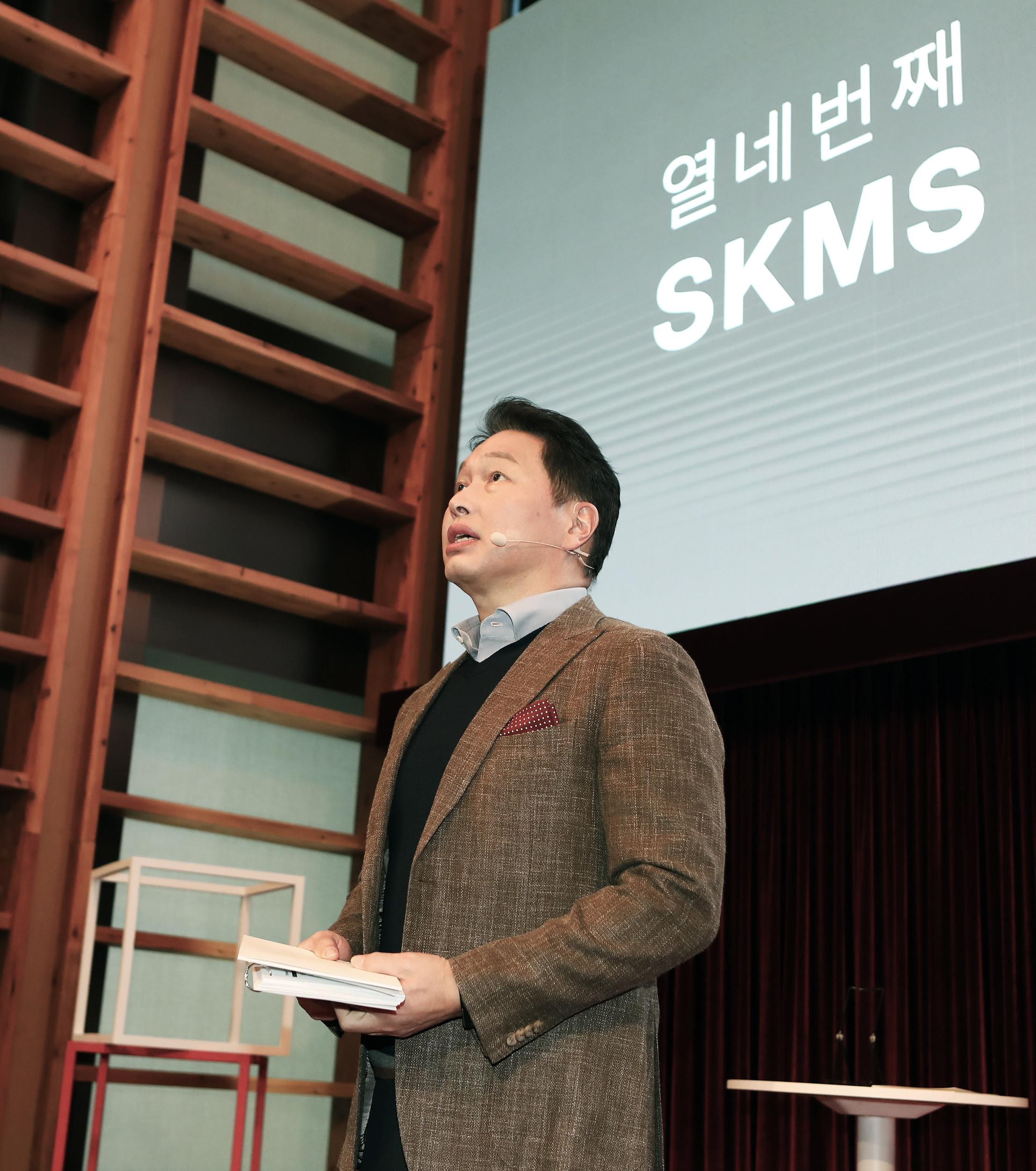 최태원 SK 회장이 지난 18일 SK서린빌딩에서 열린 SKMS 개정선포식에 참석,   TED방식으로 SKMS 14차 개정 취지와 핵심 내용을 발표하고 있다
