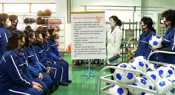 평양체육기자재 공장서 마스크 쓴 채 '코로나19' 위생 선전 북한 노동당 기관지 노동신문은 19일 '신형 코로나비루스(바이러스) 감염증을 철저히 막자'는 제목의 특집 기사를 싣고 관련 사진을 공개했다. 사진은 평양체육기자재 공장에서 마스크를 낀 채 코로나19와 관련한 위생 선전을 듣고 있는 북한 주민들.