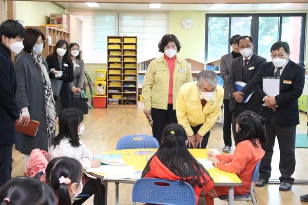 박종훈 경남도교육감이 20일 창녕초등학교 돌봄교실을 방문했다.