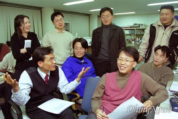 오마이뉴스 오연호 대표와 직원들이 창간일을 앞둔 2000년 2월 21일 창간호를 준비하는 모습.