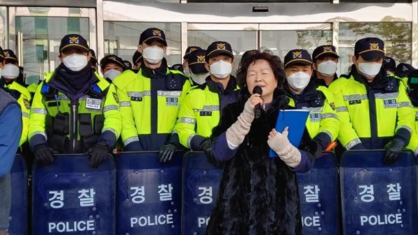 민원을 접수하기 위해 찾은 충남도청 1층은 출입문은 청원경찰과 경찰들로 막혀있었다. 이에 한 주민이 눈물로 양 지사의 약속이행을 호소했다