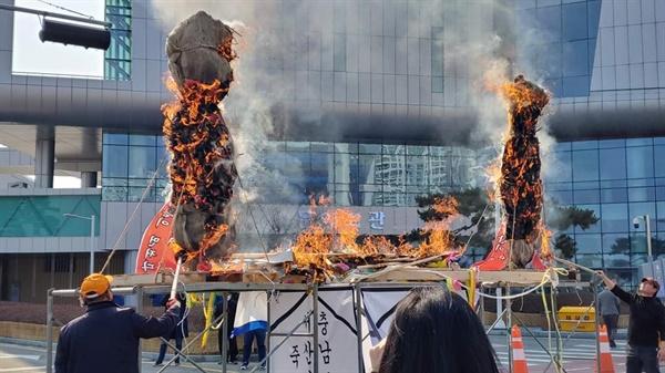 이같은 충돌 속에 민원접수가 불가능해지자 참가자들은 단식농성장에 집결해, 미리 준비한 조형물의 화형식을 하며 분노를 표현하면서 오는 24일 또 다른 대규모 집회를 예고했다.