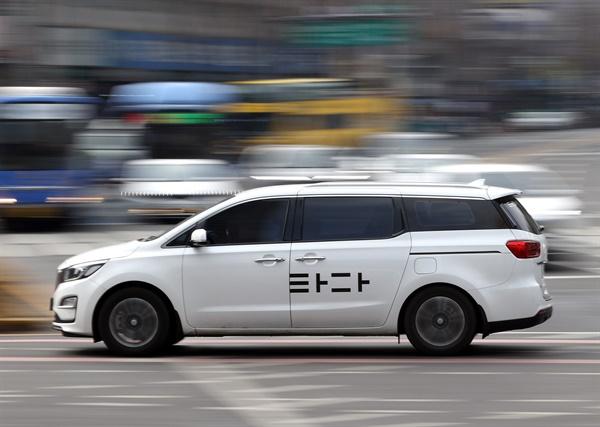 차량공유 서비스 '타다'가 합법이라는 법원의 첫 판단이 나왔다. 법원은 19일 여객자동차 운수사업법 위반 혐의로 기소된 이재웅 쏘카 대표와 VCNC 박재욱 대표, 각 법인 등에 무죄를 선고했다. 이날 서울시내 거리에서 '타다' 차량이 달리고 있다.