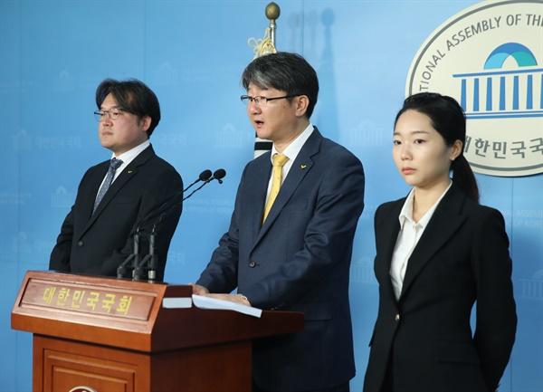 정의당 김용신 선대본부장(가운데)이 21일 오전 서울 여의도 국회 정론관에서 비례후보 등록결과에 대해 브리핑하고 있다