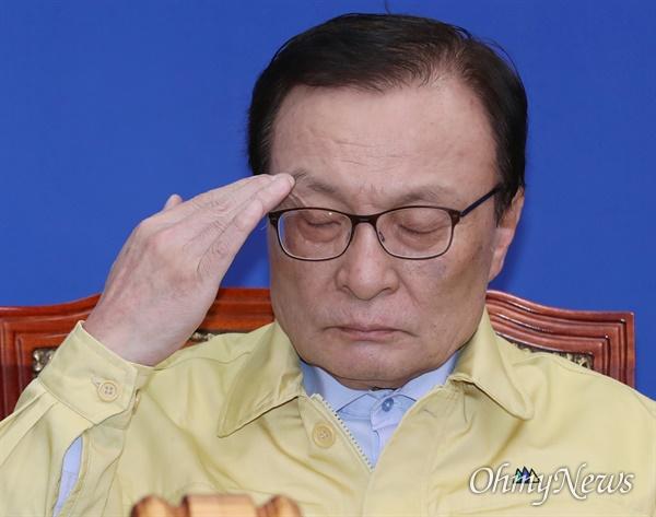 질끈 감은 이해찬 더불어민주당 이해찬 대표가 21일 오전 서울 여의도 국회에서 주재한 최고위원회의에서 눈을 질끈 감고 있다.