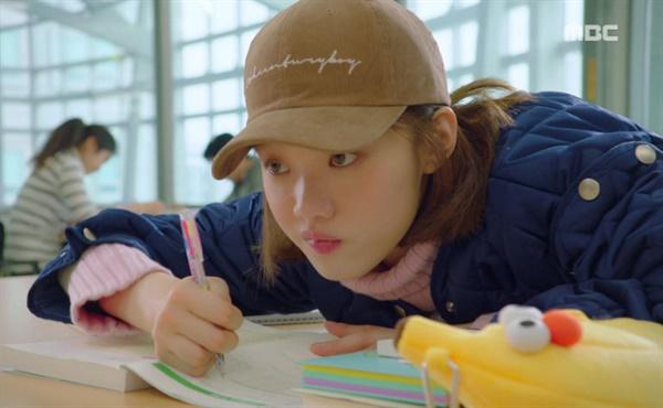 <역도요정 김복주>에서 도서관에서 공부하고 있는 김복주(이성경 분)