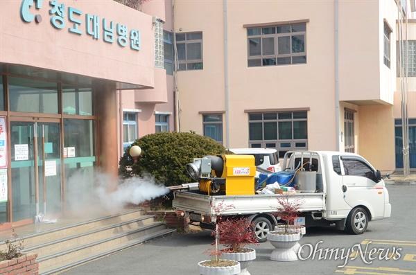 경북에서 코로나19 확진자가 15명 발생한 청도 대남병원에 21일 오전 방역을 실시하고 있다.
