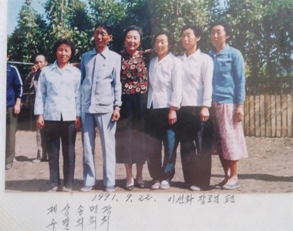 북한의 아버지 가족들 미국에 가있는 아버지의 여동생 부부가 1991년 북한을 방문한 덕에 이 사진들을 전해받을 수 있었다.