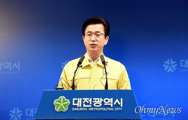 허태정 대전시장이 22일 오전 코로나19 확진자 발생 현황에 대해 브리핑하고 있다.