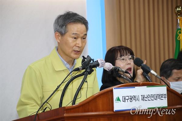 채홍호 대구시 행정부시장이 22일 오전 대구시청 상황실에서 코로나19 브리핑을 갖고 추가확진자에 대해 설명하고 있다.