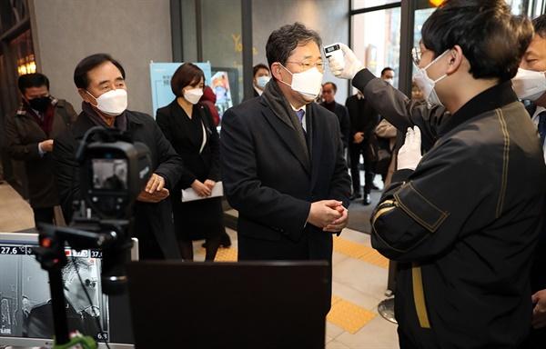 박양우 장관이 지난 6일 코로나19와 관련 호텔, 공연장 등의 현장을 점검하고 있다.