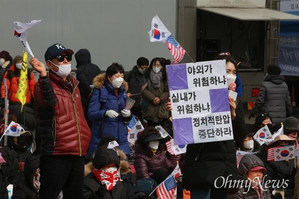 서울시가 코로나19 확산 방지를 위해 광화문 집회 전면금지를 내렸음에도 불구하고, 문재인하야범국민투쟁본부(대표 전광훈)는 22일 낮 12시 광화문 교보빌딩 앞에서 집회를 열었다.