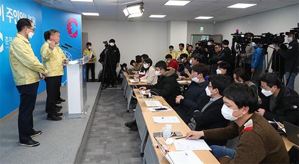 이재수 춘천시장은 22일 오전 강원 춘천시 춘천시청 브리핑룸에서 코로나19 확진 환자 2명 발생과 관련한 긴급 기자회견을 열었다.