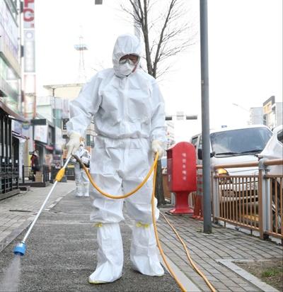 22일 대전에서 첫 신종 코로나바이러스 감염증(코로나19) 확진 환자가 나온 가운데 동구 보건소 관계자들이 확진자가 방문한 곳으로 알려진 자양동 일원에서 방역을 하고 있다.
