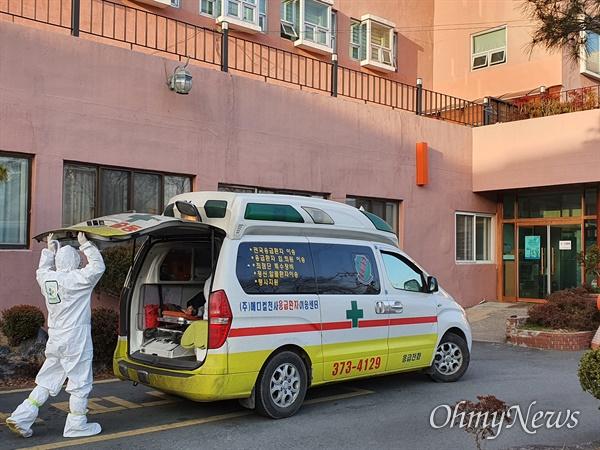 22일 전국적으로 코로나19 확진자가 늘고 있는 가운데 사망자 2명을 포함 다수의 확진자가 나온 경북 청도군에 위치한 청도대남병원 주위를 방역차가 소독하고 있다.
