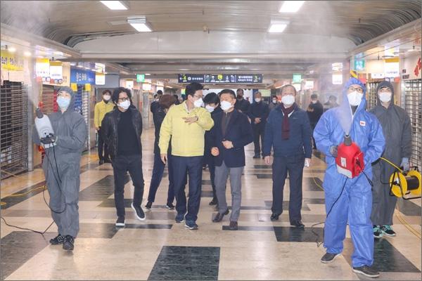 대전의 첫번째 코로나19 확진자가 다녀간 중앙로 지하상가가 전면 폐쇄됐다. 대전시는 상인들과 협의 후 정밀 방역을 실시했다.