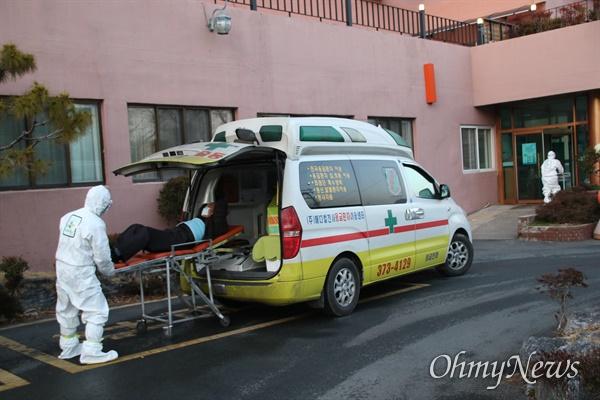 경북 청도 대남병원에서 22일 오후 일반병원에 입원해있는 환자를 다른 병원으로 이송하기 위해 앰블런스 차량에 태우고 있다.