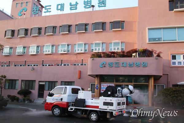방역작업중인 청도 대남병원 코로나19 확진자가 대량 발생한 청도 대남병원에 22일 오후 방역을 실시하고 있다.