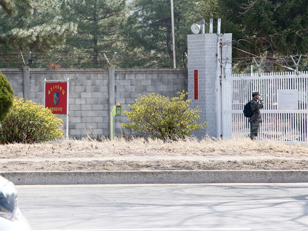 22일 부대 안에서 공사하던 민간인이 신종 코로나바이러스 감염증(코로나19)확진자가 발생한 경북 포항 해병대 군수단 독립숙영지 부대 전체가 폐쇄됐다.