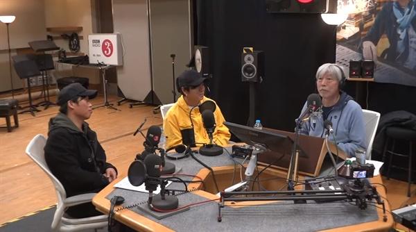 지난 21일 방송되었던 <배철수의 음악캠프> Live at the BBC에서, 배철수 DJ(오른쪽)가 가수 윤도현, 배우 유해진(왼쪽)과 함께 방송하고 있다.