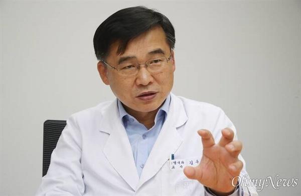 정부의 대응이 낙관적이라 주장하고 있는 김우주 고려대구로병원 감염내과 교수의 모습