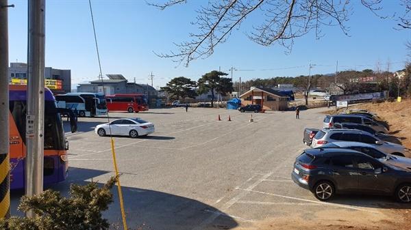 주말이면 등산객들로 붐벼야 할 홍성 용봉산 주차장이, 최근 코로나 19가 전국적으로 확산되면서 한산한 모습이다.