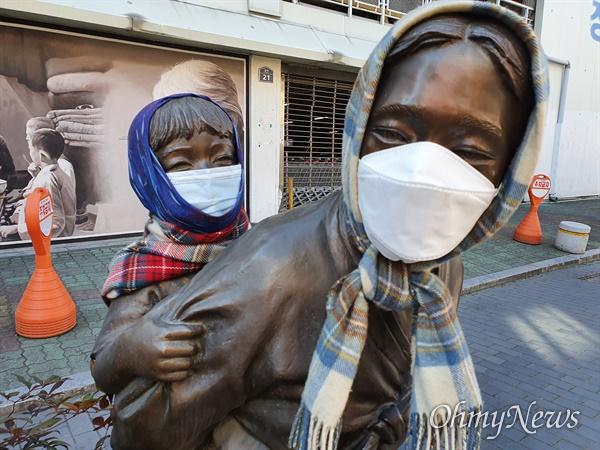 대구시 중구 종로2가에 서 있는 아이업은 엄마 동상에 시민들이 마스크를 씌워줬다.