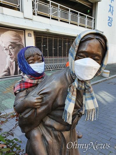 코로나19가 확산하자 대구시 중구 종로2가에 있는 아이업은 엄마상에 시민들이 엄마와 아이에게 마스크를 씌워주었다.