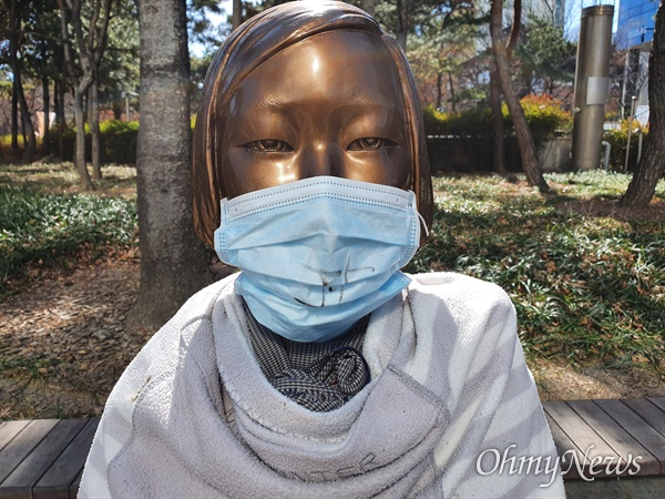 대구 중구 2.28기념공원 앞에 있는 평화의소녀상에 시민들이 코로나19를 이겨내도록 마스크를 씌워주었다.