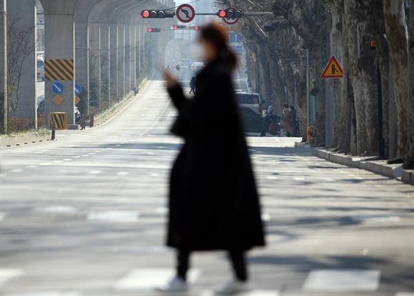 20일 오후 대구시 중구 남산동 청라언덕역 부근 도로가 한산한 모습이다. 대구에서 신종 코로나바이러스 감염증(코로나19) 확진자가 무더기로 나오며 시민들은 다중이용 시설의 출입이나 외출을 삼가하고 있다.