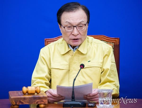 이해찬 더불어민주당 대표가 24일 오전 서울 여의도 국회에서 열린 더불어민주당 최고위원회에서 발언을 하고 있다.