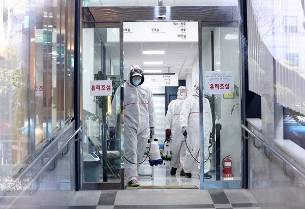 24일 오후 부산 연제구 아시아드요양병원과 같은 건물을 쓰는 1층 한 병원에서 병원 관계자가 방역하고 있다. 코로나19 확진 환자가 나온 부산 아시아드 요양병원이 코호트 격리됐다.