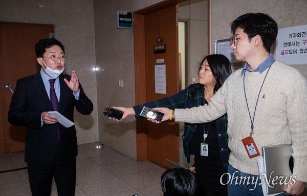 김용태 통합미래당 의원이 24일 오전 서울 국회 정론관에서 기자회견을 열고 구로을 출마선언을 마치고 기자들의 질문에 답변하고 있다.