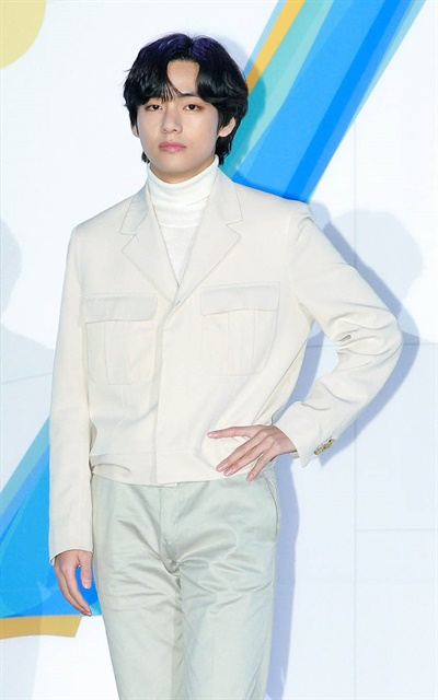 '방탄소년단' 뷔, 잘생김의 정석 방탄소년단의< MAP OF THE SOUL : 7 > 발매 글로벌 기자간담회가 코로나19로 인해 24일 오후 온라인으로만 진행됐다. 방탄소년단의 뷔가 포즈를 취하고 있다.