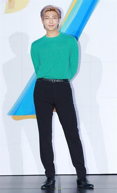 '방탄소년단' RM, 하트로 무장 방탄소년단의< MAP OF THE SOUL : 7 > 발매 글로벌 기자간담회가 코로나19로 인해 24일 오후 온라인으로만 진행됐다. 방탄소년단의 RM이 포즈를 취하고 있다.