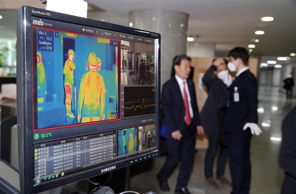 지난 19일 국회에서 열린 토론회에 코로나19 확진자가 참가한 것으로 뒤늦게 확인된 24일 오후 국회 의원회관 출입구에 열화상 카메라가 설치돼 있다.
