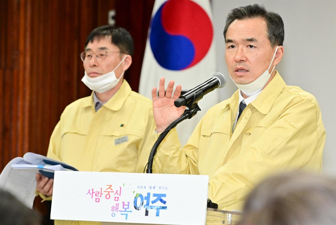 기자회견을 통해 총력대응태세전환을 알리고 있는 이항진 여주시장
