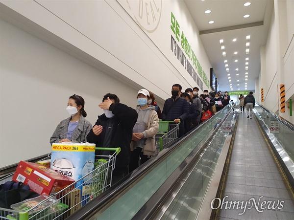 코로나19가 확산하는 가운데 24일 오전 이마트 트레이더스 비산점에는 마스크를 사기 위해 몰려든 시민들이 에스컬레이터에도 길게 줄을 서 기다리고 있다.