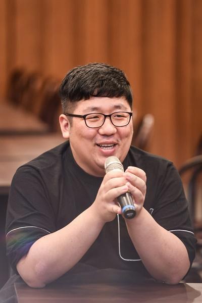 24일 오후 서울 목동 모처에서 진행된 SBS 드라마 <스토브리그> 종영 기자간담회에서 이신화 작가가 기자들의 질문에 답하고 있다.