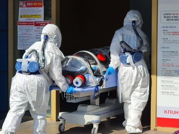 대구에서 신종 코로나바이러스 감염증(코로나19) 확진자가 다수 나온 19일 오후 대구시 중구 경북대학교 병원에 긴급 이송된 코로나19 의심 환자가 도착하고 있다.